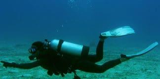 Dive_master_underwater_female_scuba_diver_boracay_island_philippines