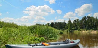 Inflatable_kayak_on_the_river