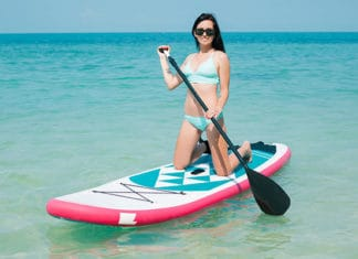 Women_paddle_boarding_at_see