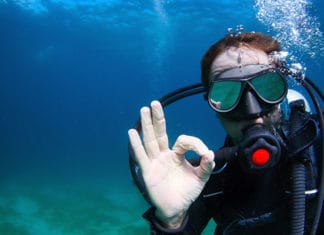 How_to_Clear_a_Scuba_Mask_of_Water