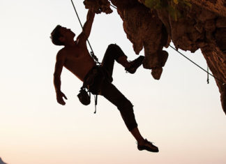 Clipping_Climbing_Learn_Lead_Climbing_Clipping_Techniques