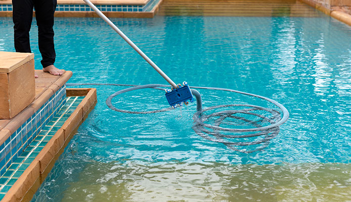 Tips_When_Vacuuming_Your_Pool_Manually